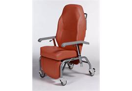Pflegestuhl Normandie C29.36 Bezug rot mit Räder